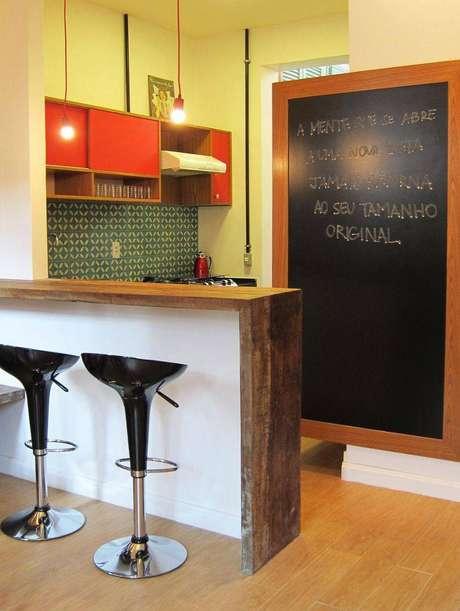 25. Banquetas para cozinha pretas são sempre peças chave para uma decoração simples e elegante