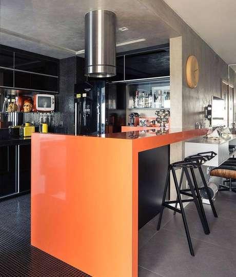 26. Banquetas para cozinha com formas diferentes deixam o espaço mais descontraído