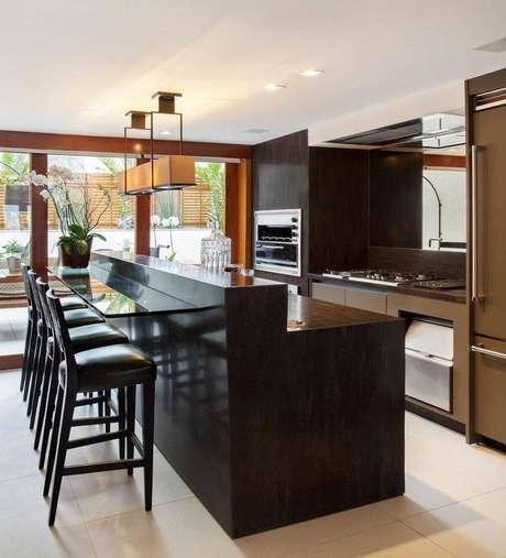 28. As banquetas para cozinha gourmet deixam o ambiente mais informal e descontraído