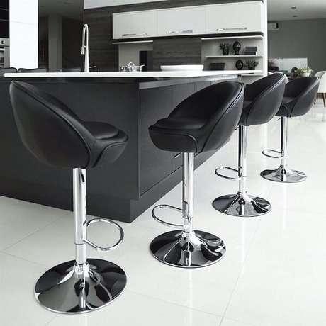60. Banquetas pretas dão um ar mais elegante a sua cozinha