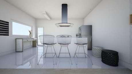 19. Banquetas de ferro com design minimalista para cozinha americana toda branca