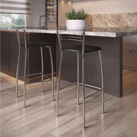 4. Saber escolher a altura ideal da bancada é importante na hora da compra de banquetas para cozinha