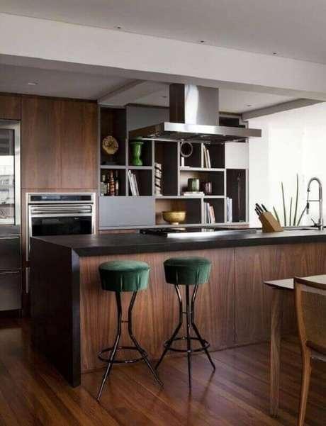 22. O veludo verde das banquetas para cozinha demonstram a sofisticaçãodo ambiente