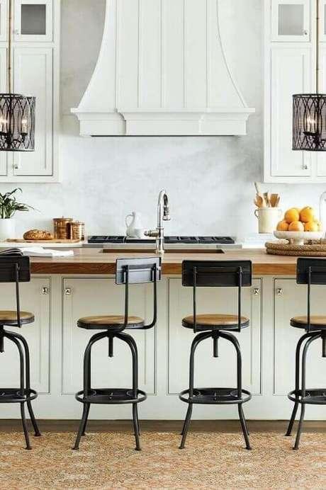 18. Banquetas de cozinha americana com decoração branca com estilo clássico
