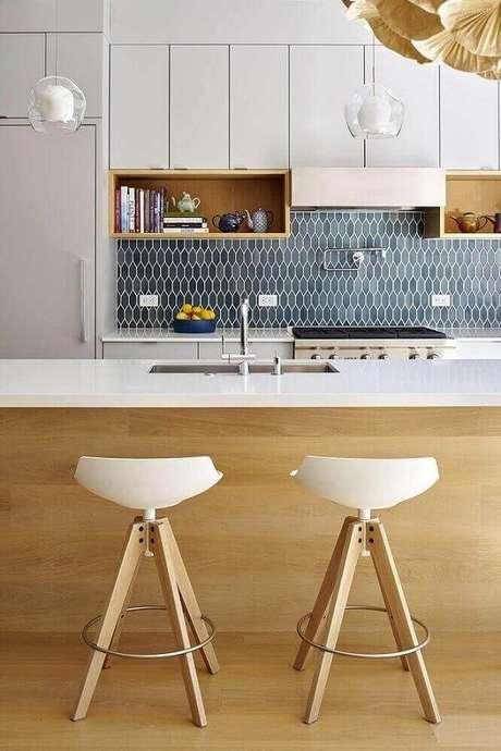 62. Banquetas para cozinha que combinam os materiais e cor da bancada são uma boa opção