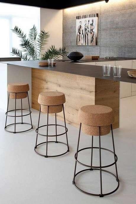 68. Banquetas com designer diferentes trazem um ar descontraído a cozinha
