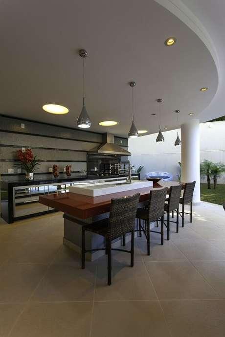69. As banquetas para cozinha com encosto alto são ideais para aqueles que tornam a bancada a principal mesa da refeição