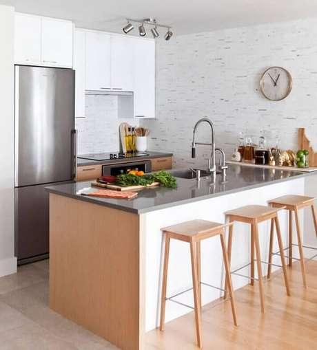 8. Banquetas para cozinha sem encosto são boas opções para otimizar o espaço