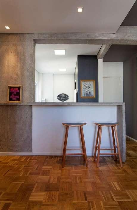 49. Banquetas para cozinha de madeira combina com a parede de cimento queimado