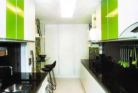 65. Banquetas para cozinha com encosto baixo são boas opções para ambientes menores