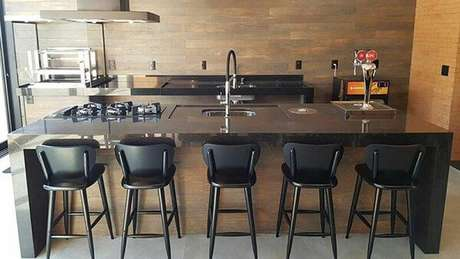66. Diversas banquetas para cozinha alinhadas junto a bancada são boas opções para refeições com várias pessoas