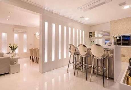 16. Decoração moderna e toda clean com modelos espelhados de banquetas para cozinha americana
