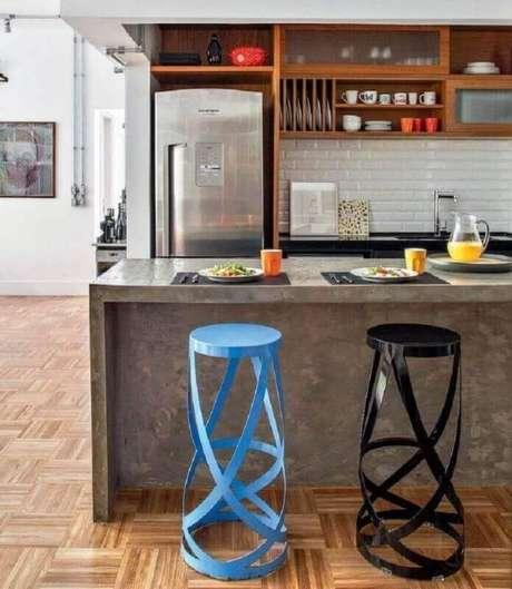 15. Em uma cozinha com decoração mais moderna, opte por modelos de banquetas para cozinha com design arrojado e diferente
