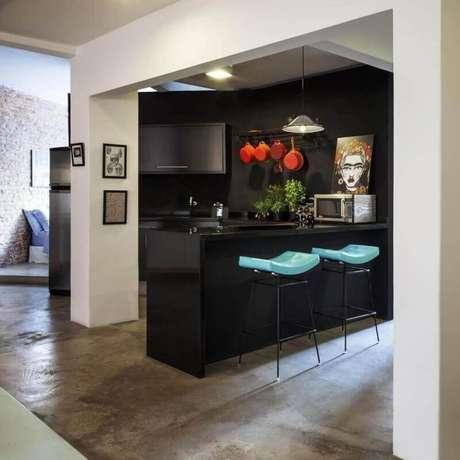 17. Assento azul tiffany das banquetas para cozinha americana preta trouxeram um contraste para o ambiente