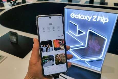 Modelo do Samsung Galaxy Z Flip, um smartphone dobrável baseado no Android