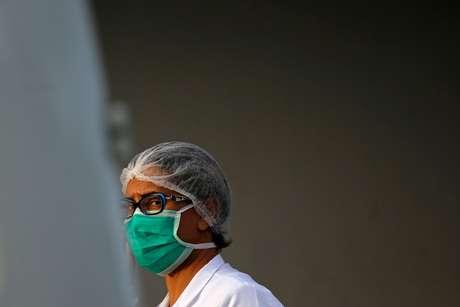 Enfermeira com máscara de proteção em hospital de Brasília 10/03/2020 REUTERS/Adriano Machado