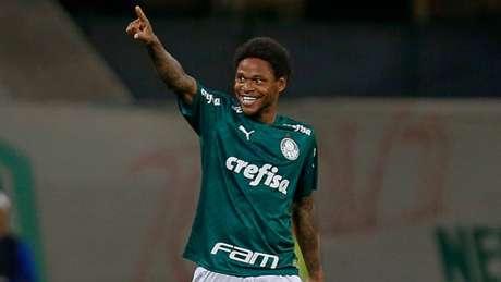 Luiz Adriano fez os dois gols do Palmeiras (MIGUEL SCHINCARIOL / AFP)