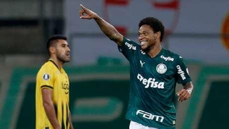 Luiz Adriano foi o destaque da vitória palmeirense (MIGUEL SCHINCARIOL / AFP)