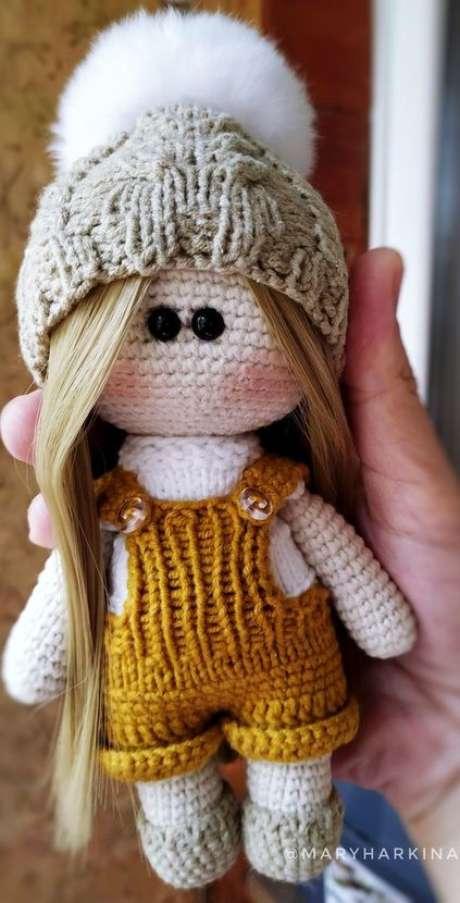 35. Esta boneca usa o amigurumi e ao mesmo tempo um cabelo natural. Foto: AmiMore