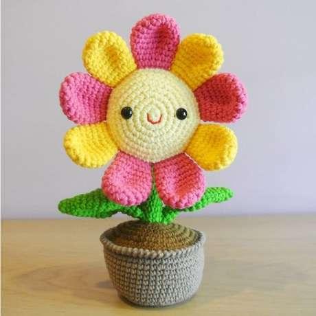 59. Esta linda flor de amigurumi é uma peça de decoração preciosa. Foto: Amigurumi Brasil