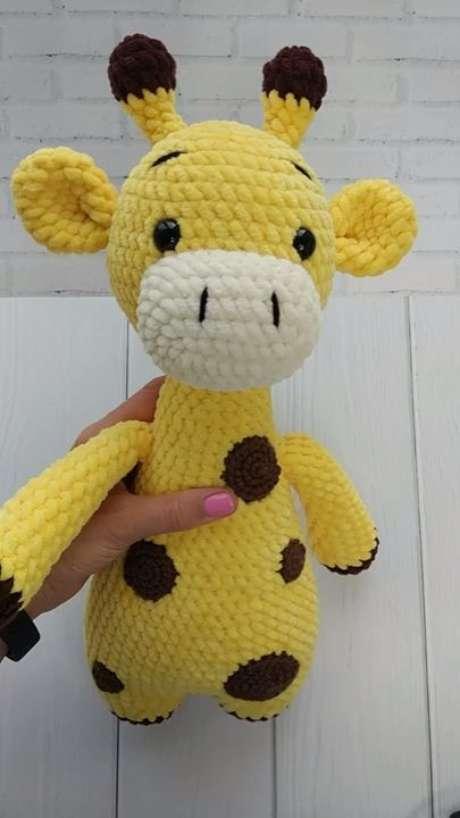 66. Esta girafa de amigurumi é mais do que delicada. Foto: Arteirices e Costurices