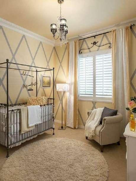 10. Decoração para quarto de bebê amarelo e cinza com berço de ferro – Foto: Deavita