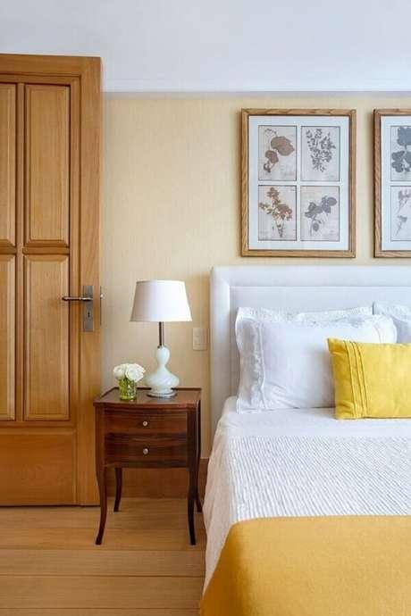 12. Decoração clássica para quarto amarelo e branco com criado mudo de madeira – Foto: Casa de Valentina