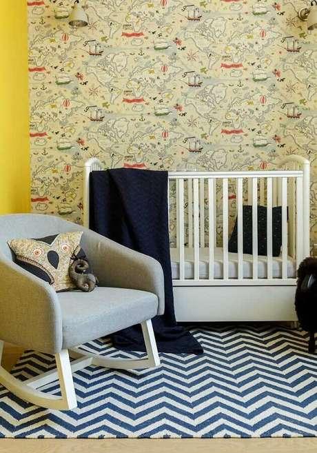 7. O azul marinho garante um toque mais sério na decoração do quarto de bebê amarelo – Foto: YellowHome