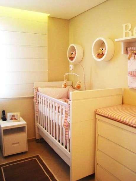 8. Decoração clean para quarto de bebê amarelo feminino – Foto: Pinterest
