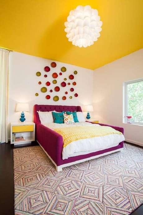 15. Fuja do tradicional e encontre novas formas de decoração seu quarto amarelo e branco – Foto: Houzz