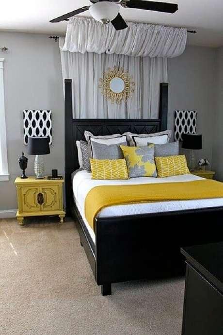 18. Quarto amarelo e cinza decorado com cama preta – Foto: Pinterest