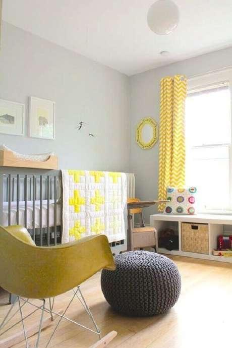 19. Decoração para quarto de bebê amarelo e cinza com puff redondo de crochê – Foto: SuperMomRocks
