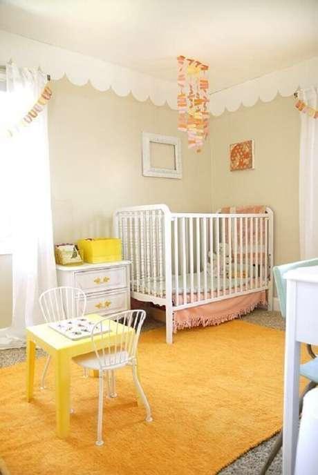 20. Decoração para quarto de bebê amarelo feminino – Foto: Pinterest