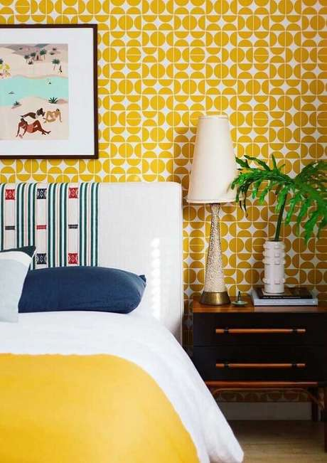 1. Papel de parede para decoração de quarto amarelo com criado mudo de madeira – Foto: Arquitetando Estilos