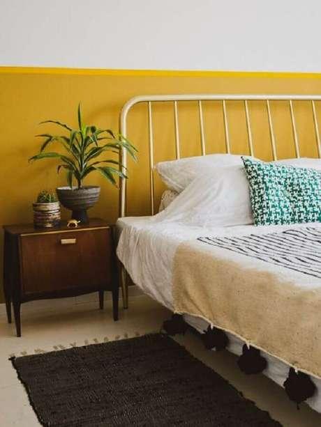 23. Decoração simples para quarto amarelo e branco com criado mudo de madeira – Foto: A Casa Delas