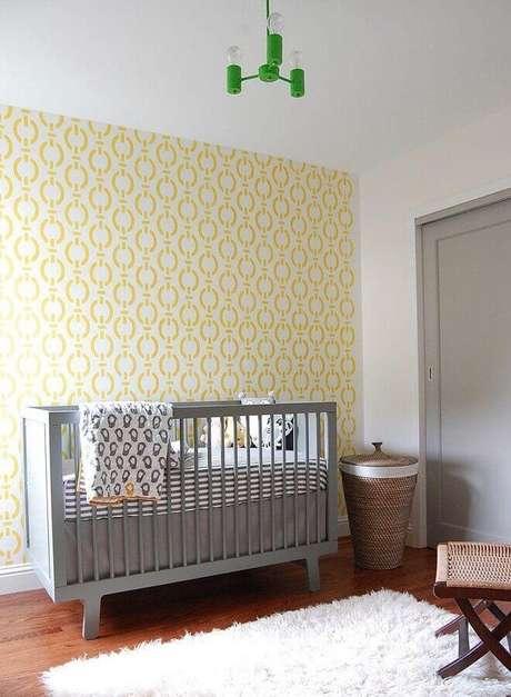 26. Papel de parede para decoração simples de quarto de bebê amarelo com berço cinza – Foto: Houzz