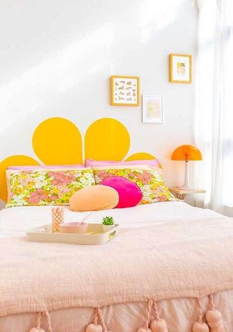 3. Não tenha medo de usar outras cores na decoração de quarto amarelo – Foto: Pinterest