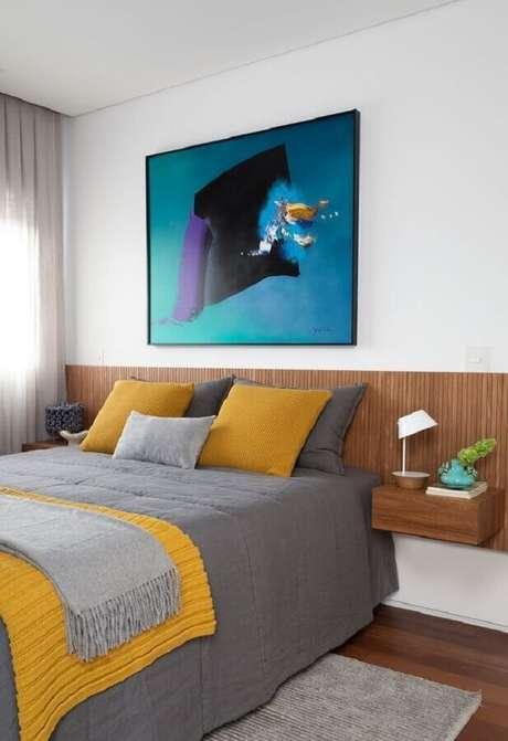 28. Decoração de quarto amarelo e branco com cabeceira planejada de madeira – Foto: Casa de Valentina