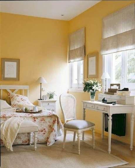 29. Decoração clássica para quarto amarelo e branco feminino – Foto: Homewil