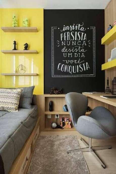 31. Quarto amarelo decorado com prateleiras de madeira e tinta lousa – Foto: Revista VD