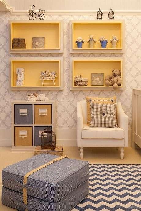 33. Nichos e papel de parede para decoração de quarto de bebê amarelo – Foto: Decoração de Casa