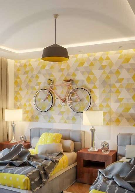 34. Decoração moderna com papel de parede e cabeceira estofada para quarto amarelo e cinza – Foto: Webcomunica