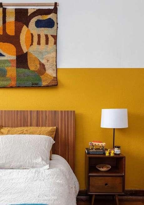 37. Cabeceira de madeira para decoração de quarto amarelo e branco – Foto: Histórias de Casa