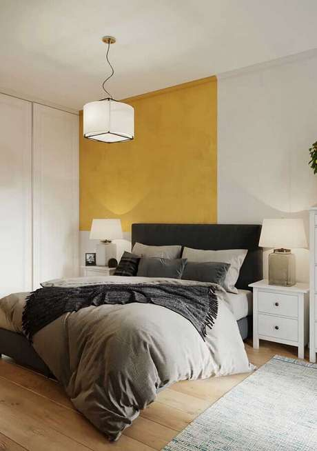 38. Decoração de quarto amarelo e branco com cabeceira preta – Foto: Pinterest