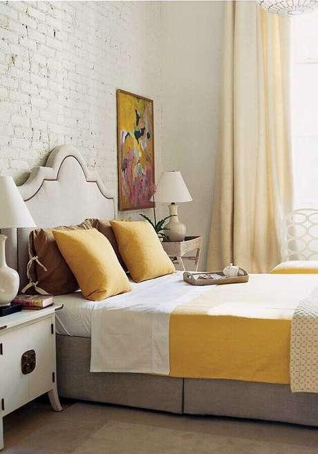 40. Quarto amarelo e branco decorado com parede de tijolinho pintada de branco – Foto: Pinterest