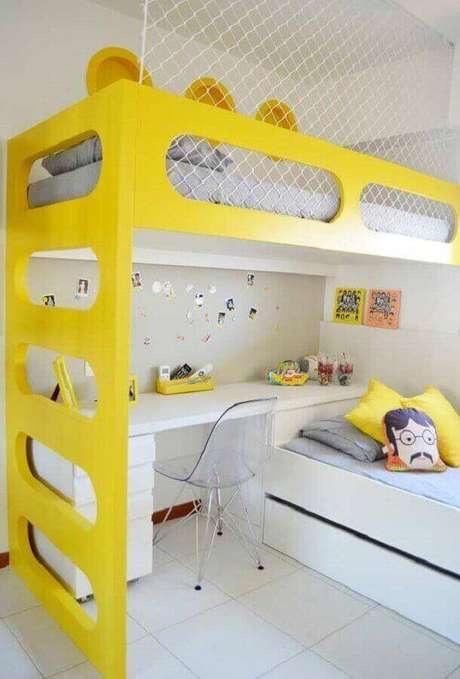 41. Decoração clean para quarto amarelo e branco planejado com duas camas e escrivaninha – Foto: Pinterest