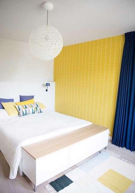 42. Decoração simples para quarto amarelo e branco com papel de parede e cortinha azul – Foto: Assetproject