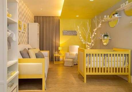 47. Quarto de bebê amarelo decorado com papel de parede chevron cinza e branco – Foto: MondoDesign
