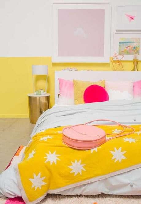 51. Decoração de quarto de menina amarelo e branco com detalhes em tons de rosa – Foto: Ideias Decor