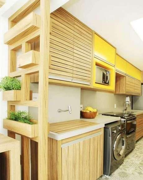 9. Invista em armários planejados para a decoração de cozinha de apartamento pequeno com lavanderia – Foto: Simplichique